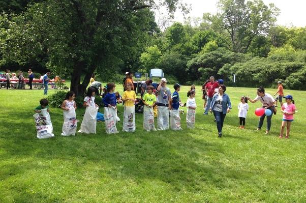 Kır gezisinde çocuklar çuval yarışı yaptı.