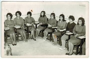Leyli Hakani (soldan ikinci) öğretmen okulunda.