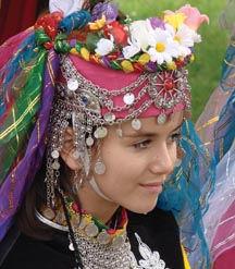 Une fille avec de costume folklorique Barak.