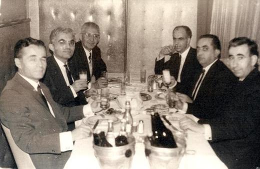 Yine Hisar yazarları yakın arkadaşlar: Soldakiler: N. M. Karaer, M. Çınarlı, İ. Geçer. Sağda uzaktan yakına; N. Yalcin, G. Samanoğlu, Mehmet Önder.