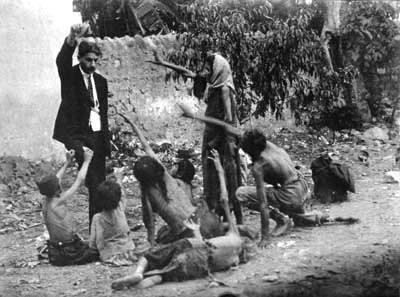 Une image fabriquée par les propagandistes arméniennes pour démontrer que soi-disant un fonctionnaire turc se moque des enfants arméniens affamés durant le «génocide» en 1915.