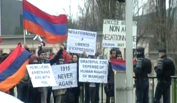 Fransa'daki Ermeni toplumundan da mahkeme önünde toplanıp gösteri yapanlar oldu.