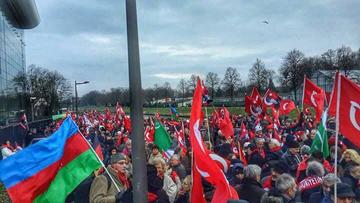Fransa'daki Türkler yoğun bir biçimde katılıp mahkeme önünde Perinçek'i desteklediler.