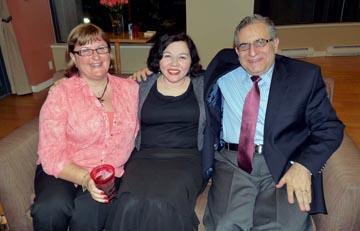 Arkadaşımız Dr. Bahar Çınarlı Büyükelçi Rafet Akgünay ve Zeynep Akgünay ile birlikte görülüyorlar.