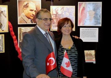 Büyükeçli Rafet Akgünay ve Dernek Başkanı Güler Aylar birlikte görülüyor.